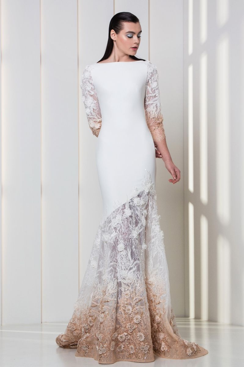 Crepe dress in white and nude, with embroideries on the skirt and the ¾ sleeves.