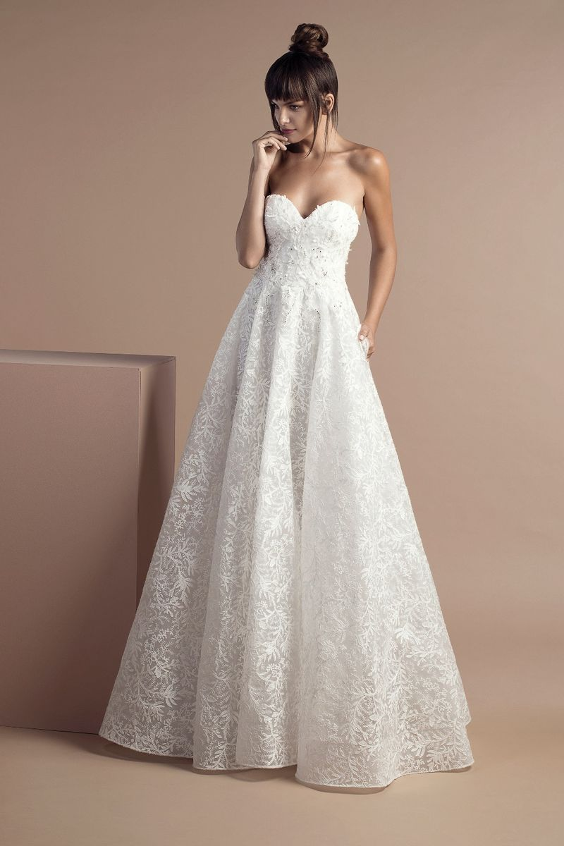 Off white strapless sweetheart dress in lace with frost shaped embroideries and a Chapel train.